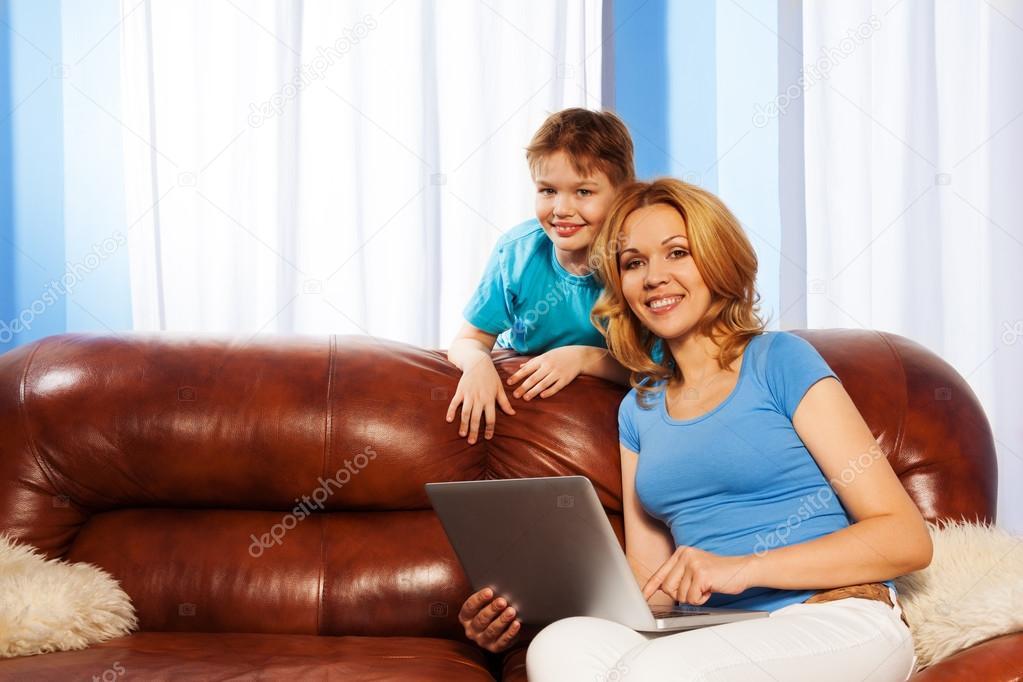 мама с сыном на диване № 75216