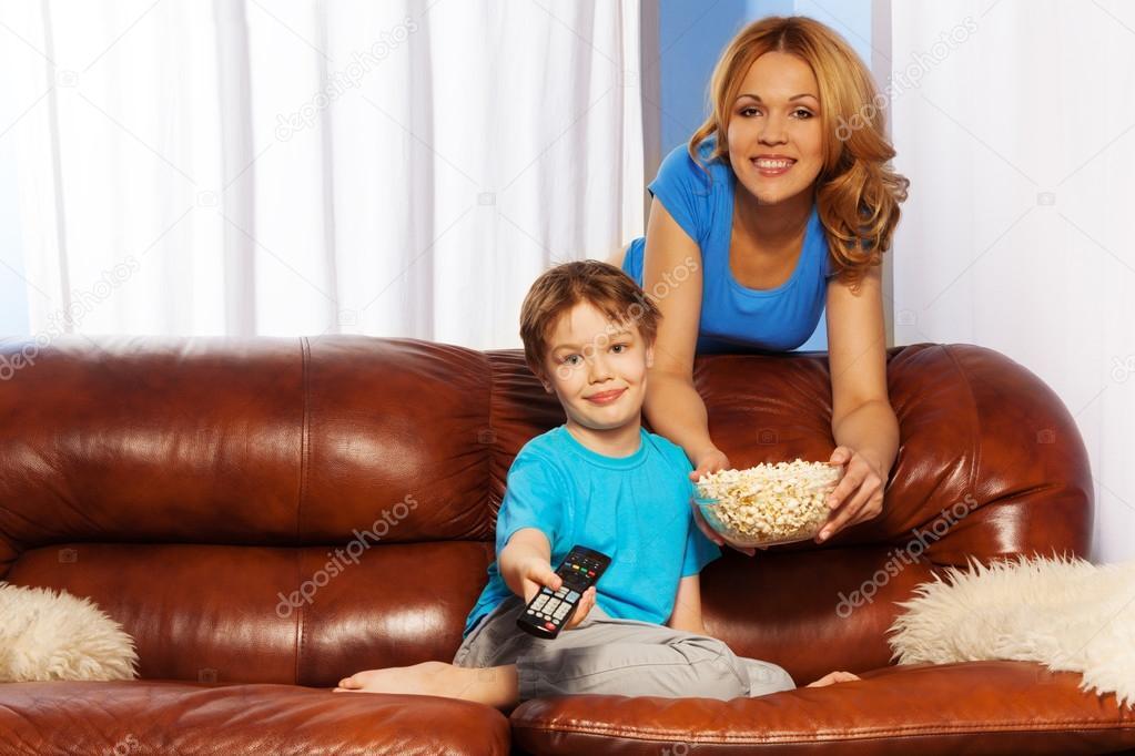 мама с сыном на диване № 75186