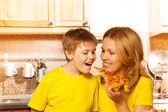 Mor utfodring son med pizza — Stockfoto