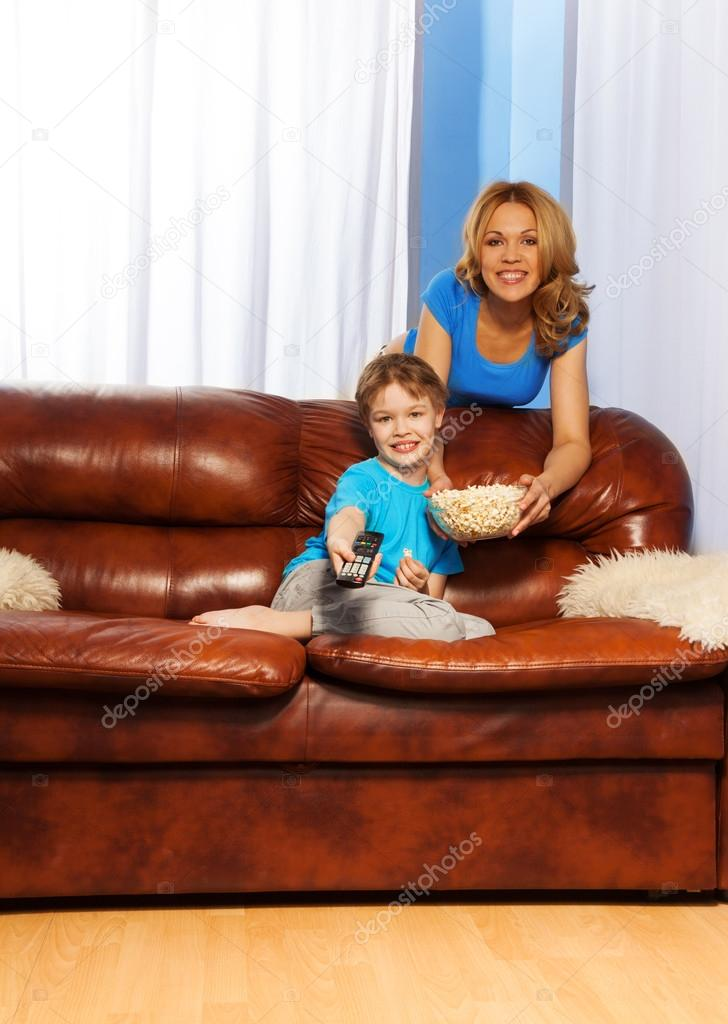 мама с сыном на диване № 75248