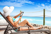 Woman Reading on vacation — Stock Photo