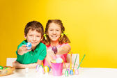 Boy and girl show Easter eggs — Stockfoto