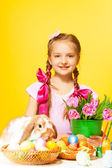Girl holds  pink tulips — Stockfoto