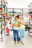 Girl and boy  in library — Stockfoto