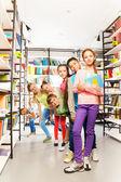 Enfants jouant dans la bibliothèque — Photo