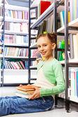 Fille avec des livres — Photo