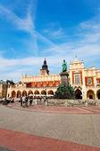 Krásné radniční věže poblíž rynek główny — Stock fotografie