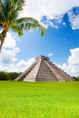 Monument of Chichen Itza in summer, Mexico — Stock Photo