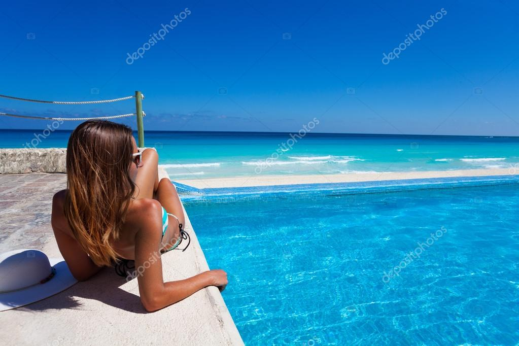 Девушка около бассейна фото