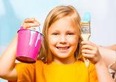 Mädchen mit Malerei-Zubehör — Stockfoto