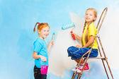 Kızlar fırçaları ile — Stok fotoğraf