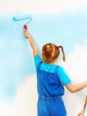 Girl paints wall — Stock Photo