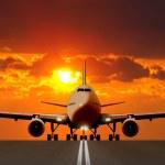 在日落时跑道上的飞机起飞 — 图库照片 #28782229