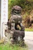 Steinernen löwen bewacht einen durchgang, china — Stockfoto
