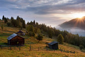 Misty dawn in the mountains above the village — Stock Photo