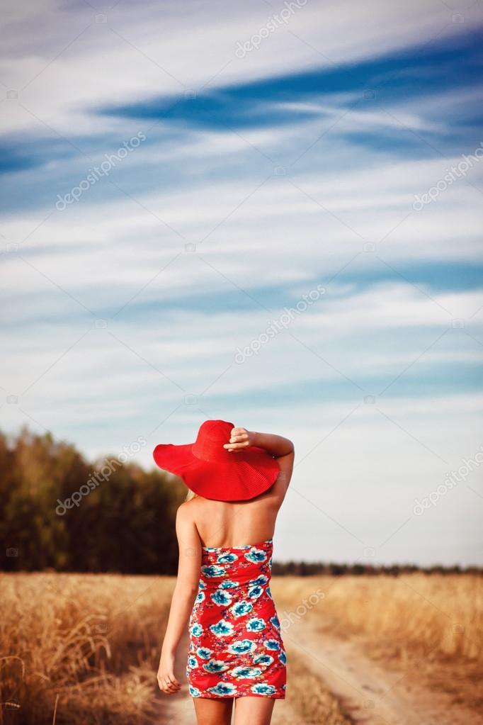 Фото девушки вид сзади в платье