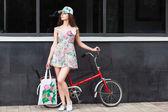 Frau steht neben retro fahrrad — Stockfoto