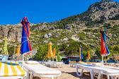 Utsikt över stranden med solstolar och parasoller — Stockfoto