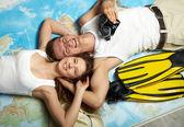 Lo sposato coppia bugie un giro sulla mappa outspread su una volante — Foto Stock