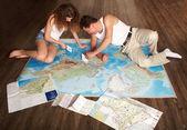 Adam ve kız bir şey arama, kağıt gemi oynamak — Stok fotoğraf