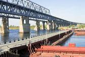 понтон и железнодорожный мост через волгу в нижнем новгороде в россии — Стоковое фото