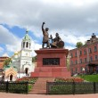 Monument to Minin and Pozharsky and St. John church in Nizhny Novgorod — ストック写真