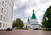 Cathedral of the Archangel Michael and the administrative building of Government of Nizhny Novgorod region — Stock Photo