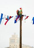 Tyg färgglada tupp på en stolpe på Fettisdagen — Stockfoto