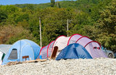палатки на галька. кемпинг и фургоны — Стоковое фото