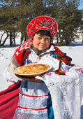 Shrovetide. Russian woman in sundress holding a plate with pancakes — Stock Photo