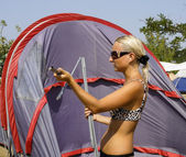Girl collects or puts tent — Stockfoto