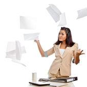 Mulher vomitando papéis — Foto Stock