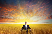 Man sitter på fältet — Stockfoto