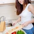 mulher sorridente preparar salada fresca — Fotografia Stock  #13183265