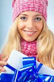 Woman wearing knitwear holding giftbox — Stockfoto