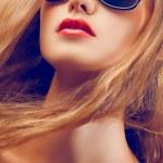 Крупным планом портрет красивой женщине носить солнцезащитные очки — Стоковое фото