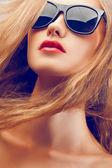 Närbild vacker kvinna stående bär solglasögon — Stockfoto