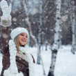 Woman waving in winter park — Stockfoto