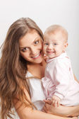 Genç anne kız bebek onun elele — Stok fotoğraf