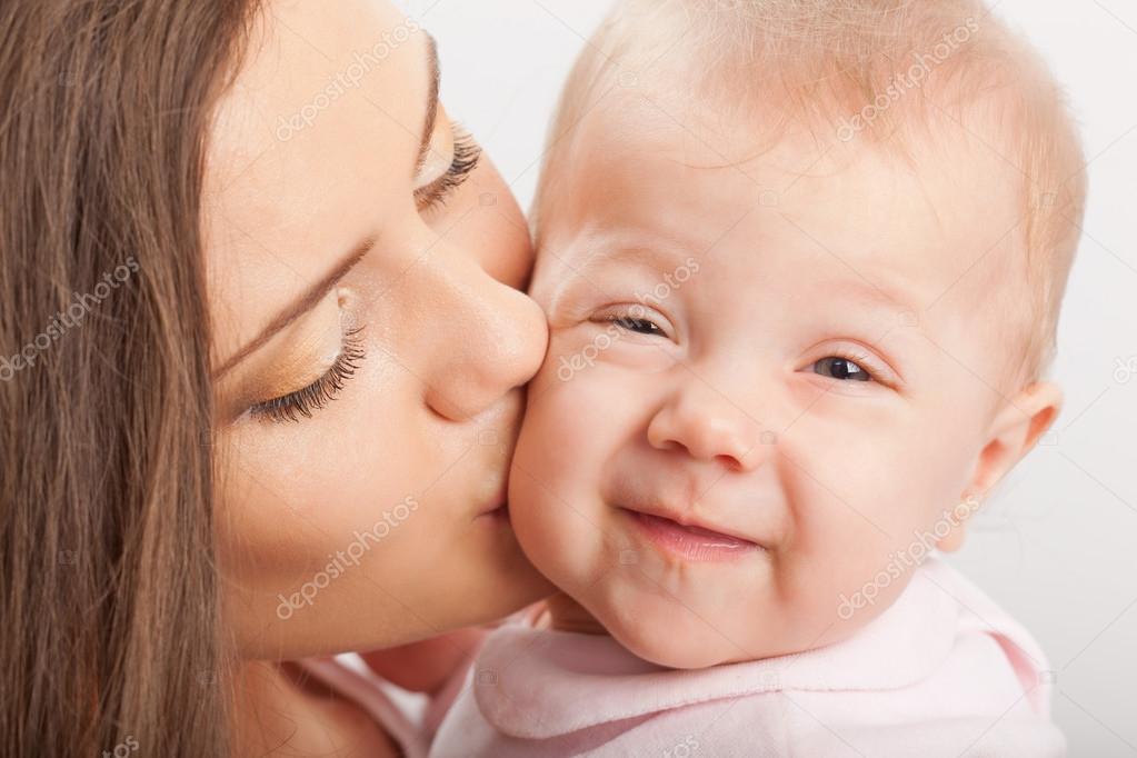 妈妈亲吻宝宝女孩 — 图库照片08chesterf
