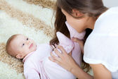 Joven madre jugando con su hija — Foto de Stock