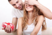 Hombre dando caja en forma de corazón para su novia — Foto de Stock