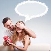 Erkek arkadaşı için kalp şeklinde kutu vererek — Stok fotoğraf
