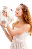 女性の持ち株のウサギ — ストック写真
