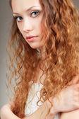 Mooie gekrulde haired vrouw — Stockfoto