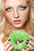Woman holding nest with quail eggs — Stock Photo
