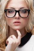 Portrét blond ženy nosí dioptrické brýle — Stock fotografie