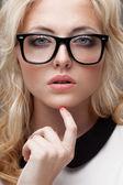 Retrato de mulher loira vestindo óculos — Foto Stock