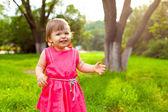 Dziewczynka spaceru w parku — Zdjęcie stockowe