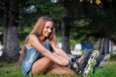 Meisje, zittend op het gras — Stockfoto